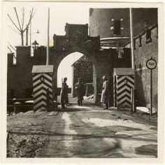 Wawel,Kraków w czasie okupacji. Budki strażnicze przy Wawelu. Widać bramę jeszcze przed przebudową