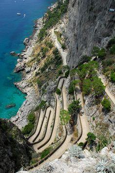 Via Krupp - Capri. La Via Krupp, une ruelle piétonne évocatrice et très étroite qui descend vers la mer. La Krupp a été creusée dans la falaise et son parcours est riche en tournants : toutes ces caractéristiques en font une véritable oeuvre d'art.