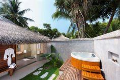 Ari Atoll, Kuramathi Island Resort:  Beach Villa, jossa mm. ulkokylpyhuone ja oma jacuzzi. #Kuramathi_Island_Resort http://www.finnmatkat.fi/Lomakohde/Malediivit/Ari-Atoll/Kuramathi-Island-Resort/?season=talvi-13-14  hashtag #Finnmatkat