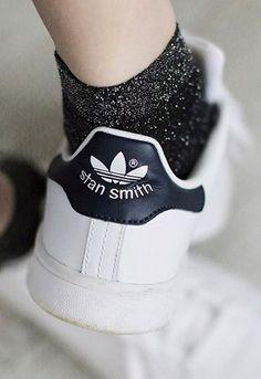 キラキラしたラメ入りの靴下は今季注目のデザイン。ベースが黒やグレーといった定番色を選ぶと、意外と履きやすいのでおすすめです。  白スニーカー以外にもパンプスやオジ靴と合わせてもキュート!    おすすめコーデからレッグウェアの選び方まで!定番「白スニーカー」をもっとオシャレに履く方法 - Yahoo! BEAUTY