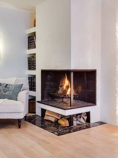 Living room with fireplace and built-in bookcase Corner Gas Fireplace, Home Fireplace, Living Room With Fireplace, Fireplace Design, Fireplaces, Ceiling Light Design, Sweet Home, New Homes, House Design