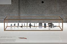 TORAFU Architects. 21_21 DESIGN SIGHTの第5回企画展 「骨」展の会場構成計画。プロダクトデザイナーの 山中俊治氏を展覧会ディレクターに迎え、洗練された構造を持つ生物の骨をふ まえながら、工業製品の機能とかたちとの関係に改めて目を向けていく企画展 である。
