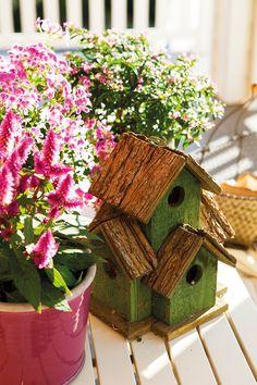 Procede de Xavi Miró. Las plantas y las macetas de colores son de Mayflower.  Una casa de película · ElMueble.com · Casas