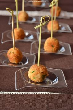 Any secret.: Polpettine di tonno al limone .tuna meatballs with lemon. Party Finger Foods, Finger Food Appetizers, Appetizer Recipes, Brunch, Xmas Food, Slow Food, Snacks, Antipasto, Empanadas