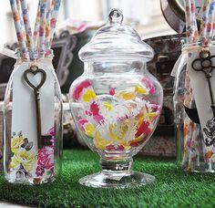 Petite bonbonnière avec gravure #CandyBar - http://www.instemporel.com/s/12597_224349_petite-bonbonniere-forme-de-cloche