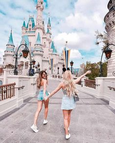 Disney Land🙈 Summer time should spend with friends. Cute Disney Pictures, Disney World Pictures, Cute Friend Pictures, Travel Pictures, Travel Photos, Disney Pics, Travel Ideas, Happy Pictures, Disney Disney