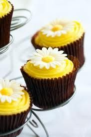 cute daisy cupcakes.this could go with the wedding cake..cute
