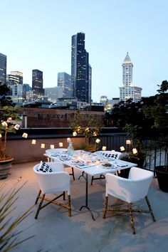 Rooftop dining in the city. Al fresco outdoor patio. Outdoor Dining, Outdoor Spaces, Outdoor Decor, Outdoor Ideas, Backyard Ideas, Indoor Outdoor, Exterior Design, Interior And Exterior, Rooftop Patio
