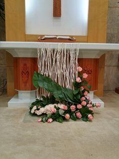 Selecting The Flower Arrangement For Church Weddings – Bridezilla Flowers Alter Flowers, Church Flowers, Altar Decorations, Flower Decorations, Large Flower Arrangements, Flora Design, Wedding Ceremony Flowers, Ikebana, Flower Designs