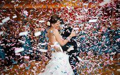 свадебное фото с конфетти