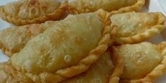 : Indian patties stuffed with chicken, vegetables, rice vermicelli and egg Tapas, Samosas, Indian Food Recipes, Asian Recipes, Typical Dutch Food, Malay Food, Food Vans, Asian Snacks, Snack Recipes