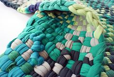Comfy rugs made of old t-shirts.  Alfombrillas hechas de camisetas antiguas
