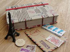 Sketchbook Pequeno: - capa revestida com linho importado japonês - contra capa revestida com tecido importado - tamanho 14.5x10cm - 160 páginas - miolo: papel reciclado - costura artística com linha de linho encerada (importada) - fechamento com elástico.  - SEM PAUTA  Quer conhecer a coleção Paris, mon amour completa? Tá tudo aqui: http://www.flickr.com/photos/vivamadeira/sets/72157627314201765/  NOTA¹: A posição da estampa pode variar em função do corte do tecido.  NOTA²: Os objetos da…