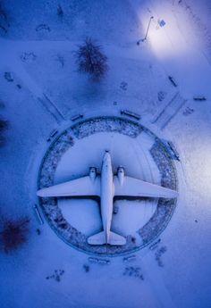 Avião da Segunda Guerra Mundial em uma praça de Minsk, capital da Bielorrússia