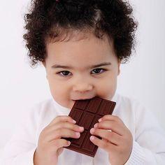 Al rico chocolate!!! 🍫🍫🍫 No, no nos hemos vuelto locos y no le hemos dado a nuestro bebé una tableta de chocolate para que la devore 😱 Es el mordedor de @jellystone.designs de silicona orgánica y libre de tóxicos que es una delicia! En casa ya tenemos el nuestro y es que cuando están asomando un montón de dientes a la vez se agradece un poquito de alivio 🤓 Feliz tarde de fiesta!!! #punpuilashop #punpuila #bebes #naturalbabies #babyshower #mordedor #siliconaorganica #bebesmolones…
