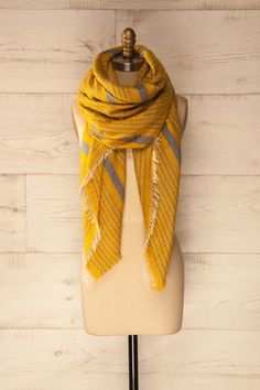 Les rayons du soleil hivernaux et son gros foulard jaune étaient ses sources de chaleur préférées. She preferred the rays of the winter sun and her large yellow scarf to keep her warm. Cavillon - Yellow and grey striped scarf www.1861.ca