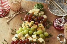 Recipes - Exclusive - Christmas Tree Cheese Board - Kraft First Taste Canada Kraft Recipes, Kraft Foods, Cheese Appetizers, Appetizers For Party, Philadelphia Recipes, Party Dishes, Food Garnishes, Christmas Appetizers, Holiday Recipes