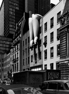Photo © Elliott Erwitt/Magnum Photos Ann Slavit's inflatable vinyl sculpture Della Street exhibited at Museum of Contemporary Crafts, New York City, USA, Magnum Photos, Nyc, Old Photos, Vintage Photos, Elliott Erwitt Photography, Documentary Photographers, Wow Art, Find Picture, Black And White Photography