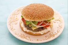 Il cheeseburger è un piatto americano conosciuto in tutto il mondo: una saporita polpetta di carne ricoperta da formaggio filante e racchiusa da morbido pane con sesamo.