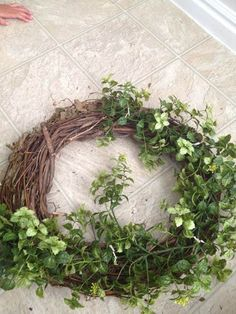 Easy Garland Wreath - The 15 Minute, 15 Dollar Wreath Boxwood Wreath Diy, Diy Wreath, Grapevine Wreath, Wreath Ideas, Green Garland, Green Wreath, Christmas Crafts For Gifts, Christmas Wreaths, Spring Wreaths
