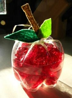 Une belle pomme faite avec une bouteille Apple decorations from recycled plastic bottles - A craft for kids that's eco-friendly and so simple. Water Bottle Crafts, Plastic Bottle Crafts, Plastic Recycling, Recycle Plastic Bottles, Recycled Bottles, Kids Crafts, Fall Crafts, Kids Diy, Decor Crafts