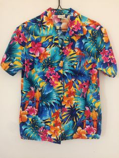 Go Barefoot Women's sz M or men's XS-S cotton Hibiscus Parrots Hawaiian Aloha shirt Reyn Spooner Paradise Found Sun Surf Avanti by SalvajeVintageSupply on Etsy Cotton Shirts For Men, Casual Shirts For Men, Dad To Be Shirts, Cool Shirts, Camisa Floral, Vintage Hawaiian Shirts, Aloha Shirt, Summer Shirts, Urban Fashion