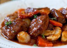 Gulasch ist das ganze Jahr über ein sehr leckeres Gericht aber gerade wenn es draußen eher kalt und regnerisch ist, ist es ein absolutes Muss! ?? Wenn nicht heute, wann dann?  http://einfach-schnell-gesund-kochen.de/rezept-fuer-gulasch-mit-frischen-pilzen/