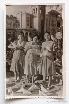 Tres mujeres con palomas en la Pza. de America de Sevilla. Foto Parque Mª Luísa, Sevilla 1951 -  El Desván de Bartleby C/.Niebla 37. Sevilla