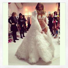 Backstage pokazu Victoria's Secret 2013 - Magdalena Frąckowiak i jej stylizacja z segmentu Snow Angels, fot. Instagram