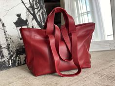 sac-cabas-cuir-grainé-rouge (5) Tote Bag, Madewell, Bags, Fashion, Nice Purses, Italian Leather, Red Leather, Wallet, Handbags