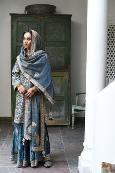 Velvet Suit Design, Velvet Dress Designs, Pakistani Fashion Party Wear, Pakistani Couture, Pakistani Dresses, Indian Dresses, Indian Fashion, Fancy Dress Design, Stylish Dress Designs