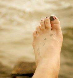 petit tatouage sur le pied: traces de cheval