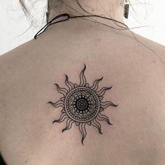 tattoo sun back tattoo tatto sun henna sun tattoo small sun tattoo Trendy Tattoos, Mini Tattoos, Body Art Tattoos, Small Tattoos, Tattoos For Guys, Sleeve Tattoos, Tattoos For Women, Cool Tattoos, Tatoos