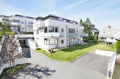 EKEBERG: Townhouse over 3 plan. Solrikt med flott utsikt og høy