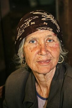Gipsy woman (Greece) - Photo by Maksid. Old lady, powerful face, intense eyes, lines of life, expression, portrait