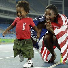 La statunitense Nia Ali, che ha vinto la medaglia d'argento nei 100 metri ostacoli, con il figlio di un anno e tre mesi, Titus #Rio2016