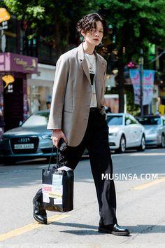 신사/압구정_김준수_남자_블레이저_자켓_프린트_티셔츠_슬랙스_와이드_팬츠_더비_레이스업_구두_토트백 Asian Street Style, Korean Street Fashion, Asian Fashion, Look Fashion, Fashion Outfits, Tokyo Street Fashion, Mens Fashion Week, Estilo Tomboy, Look Man