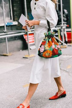 Dreaming of spring with this look Fashion Bags, Womens Fashion, Fashion Trends, Tote Bags, Sac Week End, Athleisure, London Fashion, Street Style Women, Spring Summer Fashion