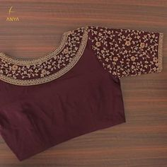 Bright vibrant and attractive the creeper design on this blouse is done exquisitely. Simple Blouse Designs, Stylish Blouse Design, Fancy Blouse Designs, Bridal Blouse Designs, Blouse Neck Designs, Blouse Patterns, Zardosi Work Blouse, Choli Blouse Design, Sari
