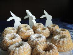 Der allseits beliebte Eierlikörkuchen in Form von Minigugls. Supereinfach, superschnell zubereitet und immer wieder gern gegessen.