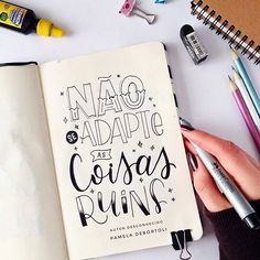 Não se adapte a nada que não lhe faça bem!  Autor desconhecido. . #handlettering #dailylettering #letterings #letteringbrasil #quotes #caxiasdosul #quotesoftheday #frasesmotivadoras #handletteringbrasil #handletteringbr Letter A Crafts, Letter I, Doodle Lettering, Brush Lettering, Calligraphy Letters, Typography Letters, Good Thoughts, Cute Quotes, Bullet Journal