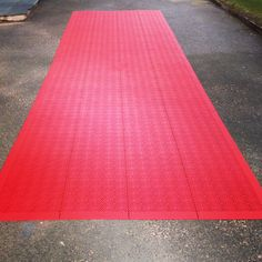 Party coming up? Make a perfect entrance on the red carpet with Bergo Flooring! Keeps your shoes dry, even in rain. 10 sqm, ca 15 minute installation. Quick & easy to remove and store.