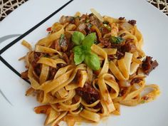 Kytičkový den - Tagliatelle se sušenými rajčaty a bazalkou Vegan Recipes, Good Food, Friends, Ethnic Recipes, Animals, Meals, Rezepte, Animales, Amigos