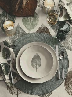 A single hand-painted leaf leaves a life-like impression on our organically shaped Marin dinner plate. Characterized by its free form shape, the stoneware plate is crafted by Portuguese artisans. Dinner Napkins, Dinner Table, Dinner Plates, Dinner Fork, Vase Deco, Elegant Table Settings, Ceramic Tableware, Kitchenware, Flatware Set