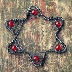 hvězdička staročeská červená Christmas Ornaments To Make, Christmas Star, Christmas Decorations, Wire Crafts, Diy And Crafts, Christmas Crafts, Wire Jewelry, Jewelry Art, Art Fil