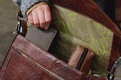 """Im klassischer Chic und moderner Eleganz weiß """"Paxton"""" von sich zu überzeugen. Die Umhängetasche für die Arbeit oder die Uni im Business-Style aus hochwertig verarbeitetem Rindsledern besticht durch ihre schlichte, aber dennoch besondere Optik und punktet mit ihrer Wasserfestigkeit - Aktentasche - Lederumhängetasche - Gusti Leder - 2B10-20-2wp"""