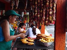 Fritanga en el Quindio Colombia street food Colombian Food, The Beautiful Country, Latin Food, Latin America, Farmers Market, Street Food, Farms, Travel Ideas, Good Food