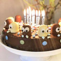 10 Jahre! Zweistellig! Unvorstellbar. Die Zeit, die liebe Zeit rennt! Während er die Tage zählt, möchte ich die Zeit anhalten. Während er es kaum erwarten kann, möchte ich lieber jeden Moment im Jetzt genießen. Ich glaube, ich schick' den heut einfach nicht zur Schule  Happy birthday, kleiner großer Junge  ____________ #happybirthday #geburtstag #geburtstagskuchen #dickmanns #smarties #schokokuchen #10jahre