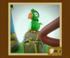 Papagaio de pirata para compor cenário de topo de bolo em biscuit/porcelana fria. www.facebook.com/gaiotto.atelier http://agaiotto.blogspot.com/ atelier.gaiotto@gmail.com F: (19) 3012-3588