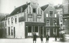 Twee fraaie huizen aan de Houtmarkt, op de hoek met de Lange Koningstraat, gezien vanaf het Mariënburg. Foto uit circa 1900  Nijmegen